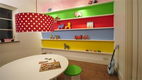 Proyecto decoraci n habitaci n infantil de colores for Estanteria pared infantil