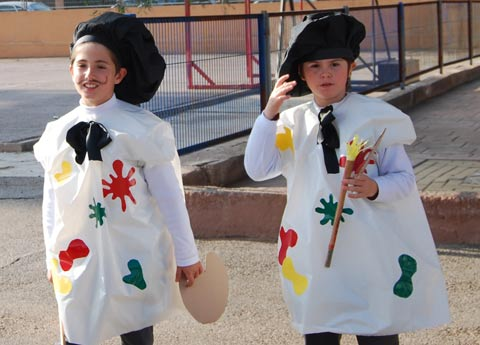 Disfraz de pintor hecho con boslas de basura para carnaval