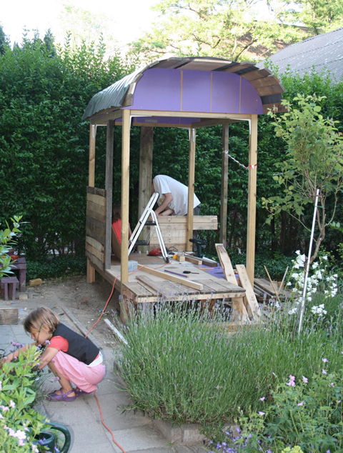 Casa de madera para jugar decoideas net for Casita madera jardin