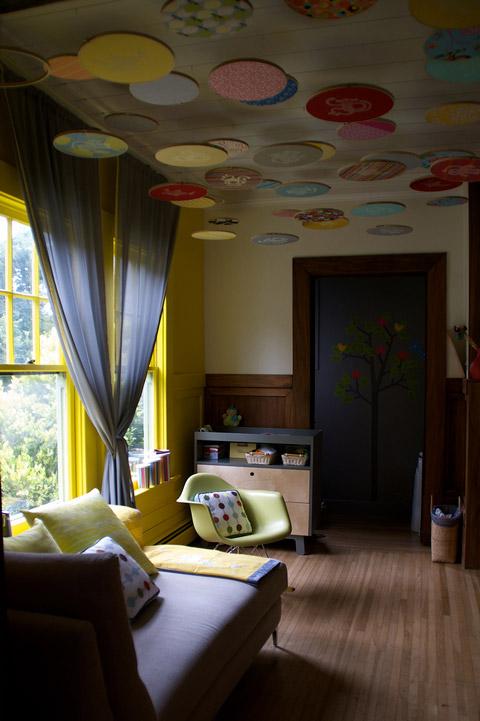Habitaci n beb decorada con bastidores for Pared de habitacion decorada