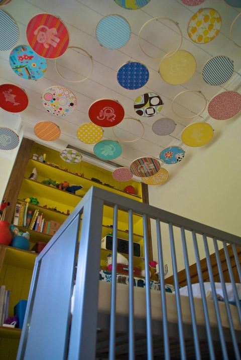 Habitación bebé decorada con bastidores
