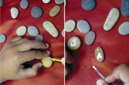Manualidades infantiles un abecedario con piedras de la playa for Cuadros hechos con piedras