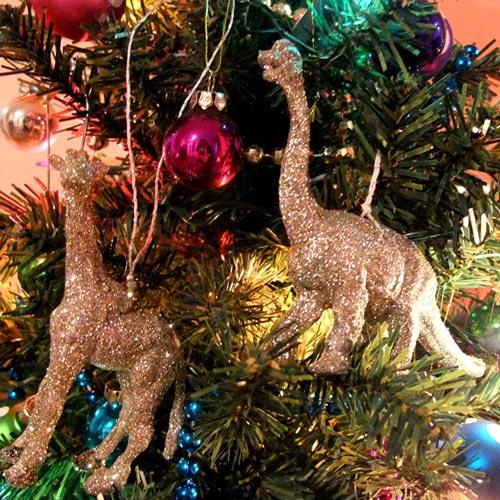 Adornar el árbol de navidad con juguetes