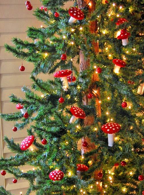 Decorar el árbol de Navidad con setas de fieltro