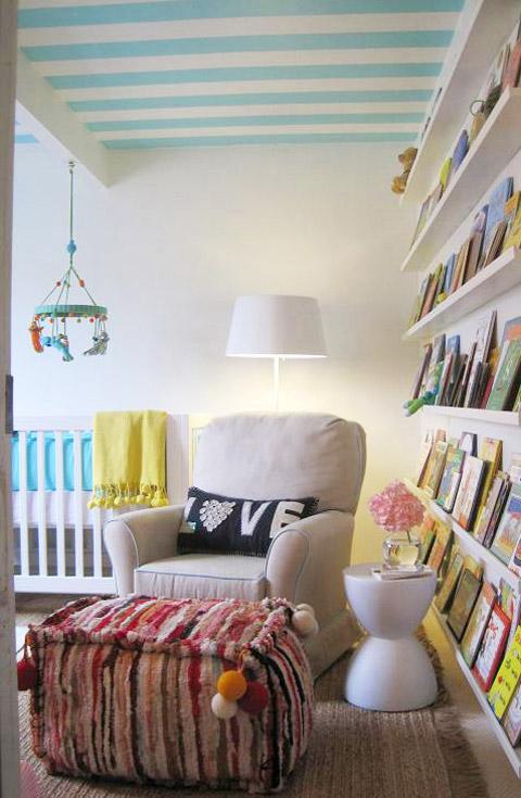 Dormitorio de bebé con espacio para la lectura