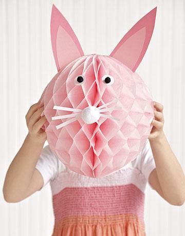 Conejo de Pascua con globos de papel