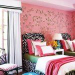 Dormitorio juvenil en tonos rosa y negro
