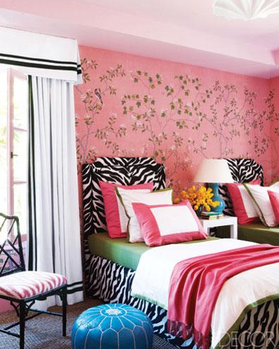 Dormitorio juvenil en tonos rosa y negro for Mural para pared dormitorio
