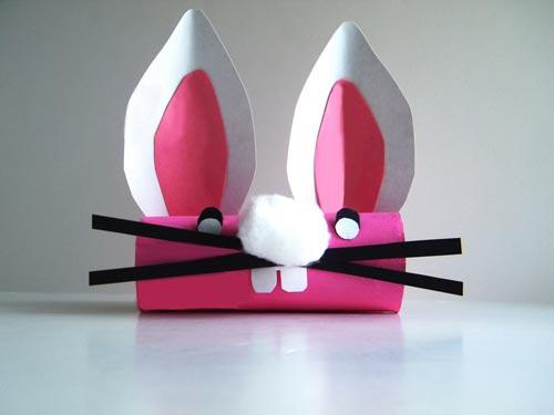Conejo de Pascua con rollos de cartón