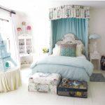 Dormitorio azul y blanco para niñas