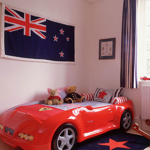 dormitorio infantil con cama coche