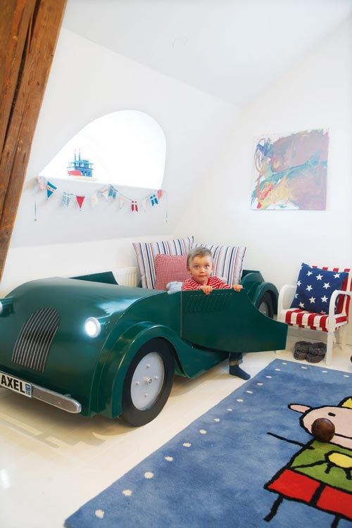 habitación infantil con cama coche
