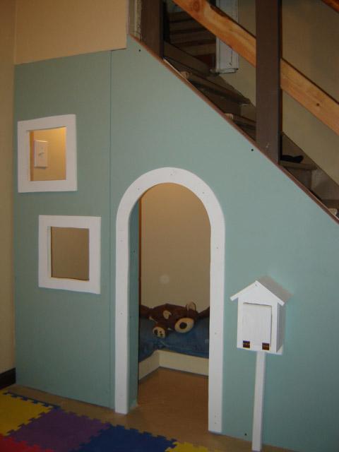 Una casita de juegos en el hueco de la escalera for Hueco de escalera decorar