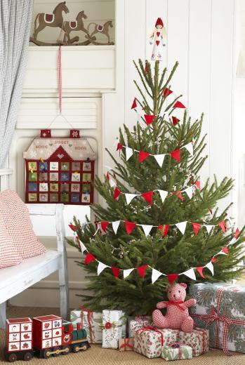 Decorar el árbol de Navidad con guirnaldas