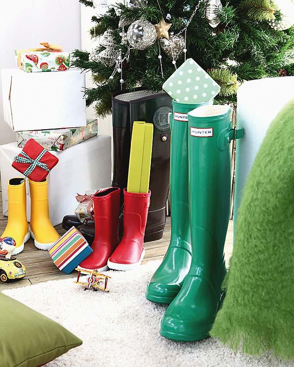 Botas bajo el arbol de navidad
