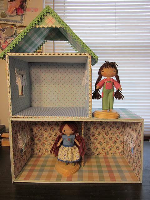 Como hacer una casita de mu ecas con una caja de cart n - Forrar cajas de carton con telas ...