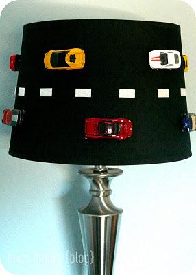 pantalla infantil decorada con coches
