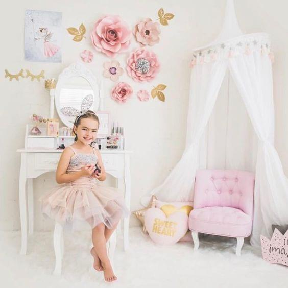 Decoración infantil con flores de papel