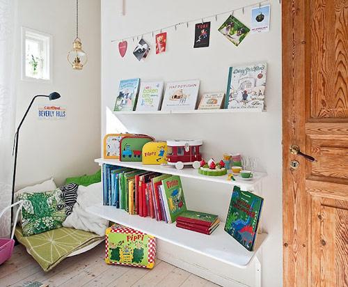 Rincón de lectura en la habitación infantil