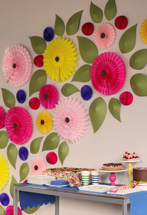 Flores de papel para decorar una pared