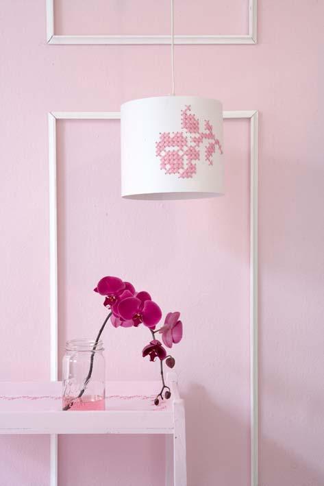 Decorar una l mpara con punto de cruz decoideas net for Decorar pantalla de lampara