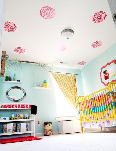 Un dormitorio infantil con el techo decorado for Techos decorados
