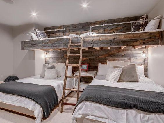 Habitaciones infantiles para tres niños con camas superpuestas, trenes y literas