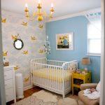 Habitación de bebé en azul y amarillo