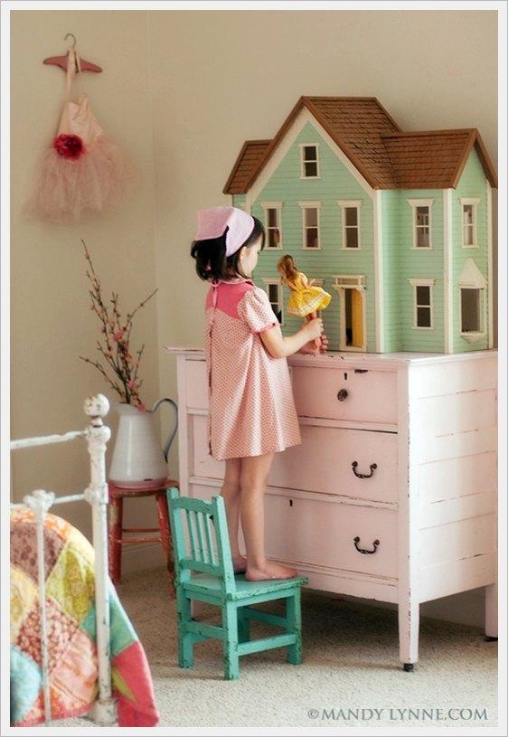 Una casita de muñecas en la habitación