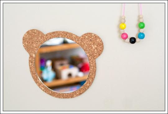 Simp tico espejo de corcho con silueta de oso for Espejo redondo pequeno