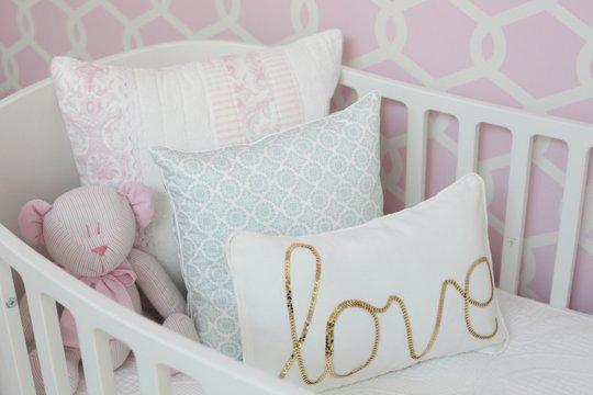 Dormitorio para niña en rosa y dorado