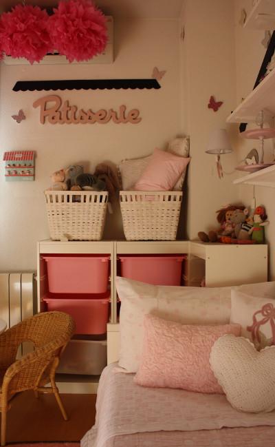 Habitaci n para ni a en blanco y rosa for Decoracion de cuartos para ninas de 9 anos