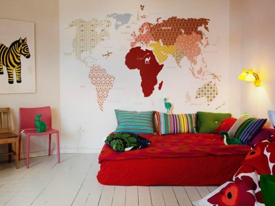 compartimos un dormitorio muy colorido una base blanca que contrasta con el color de muebles y accesorios como si fuera un juego cada pieza del