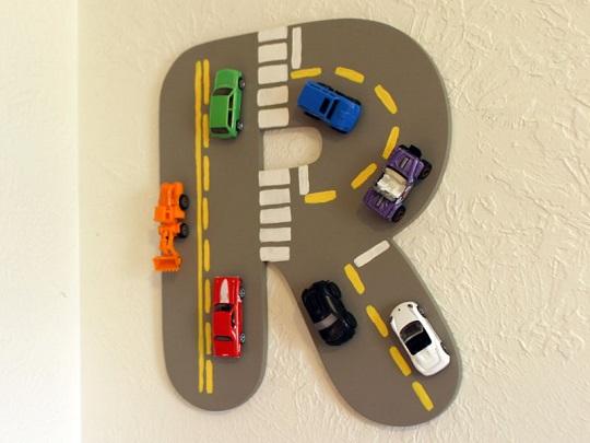 Letra decorada como un circuito con coches