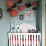 Una habitación de bebé niña de estilo marinero