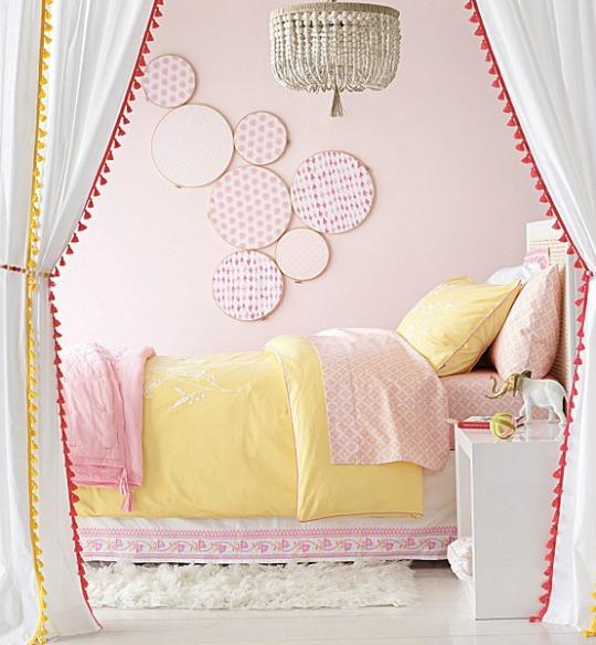 Romántica habitación decorada con bastidores