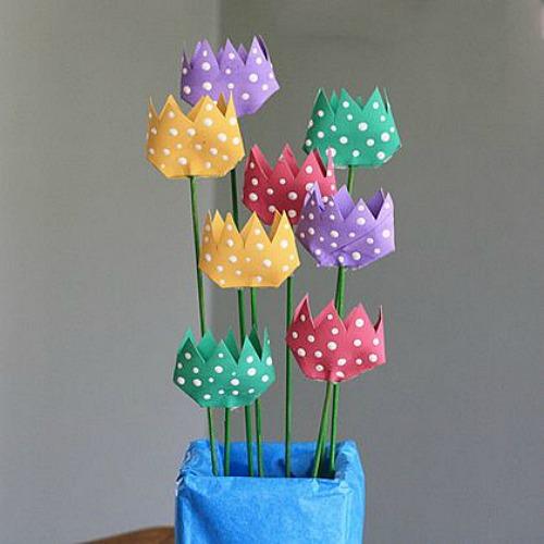 Un ramo de tulipanes fabricado con rollos de cartón