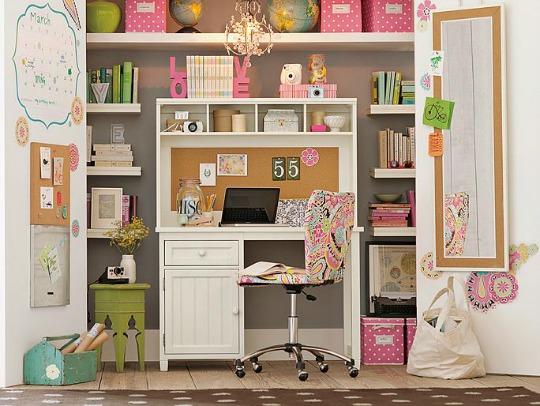 Zona de estudio dentro de un armario