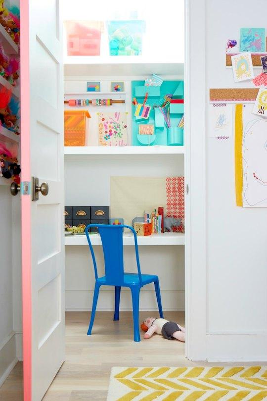 Pequeña Zona de estudio dentro de un armario