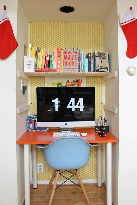 Zona de estudio para niños dentro de un armario