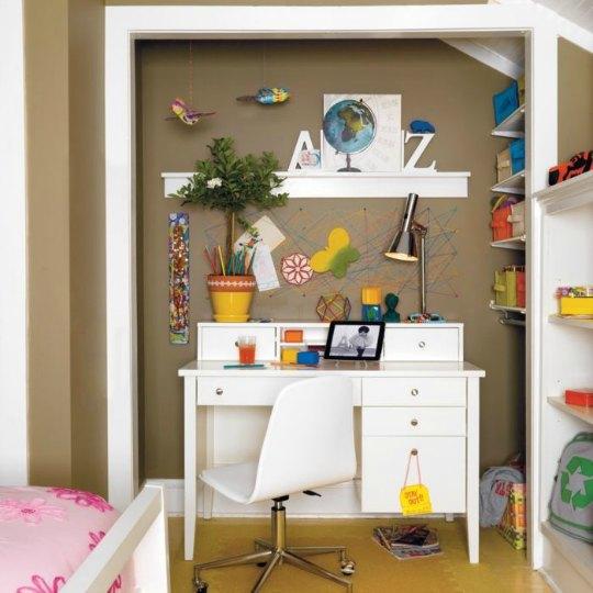 Zona de estudio infantil dentro de un armario