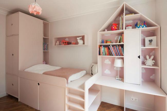 Un dormitorio pequeño bien organizado