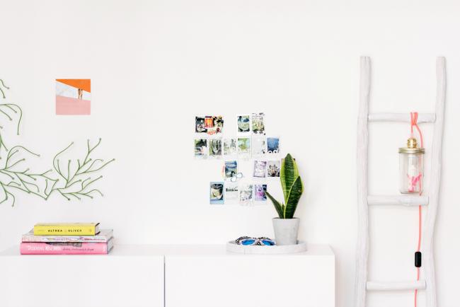 Dormitorio juvenil blanco con toques de color