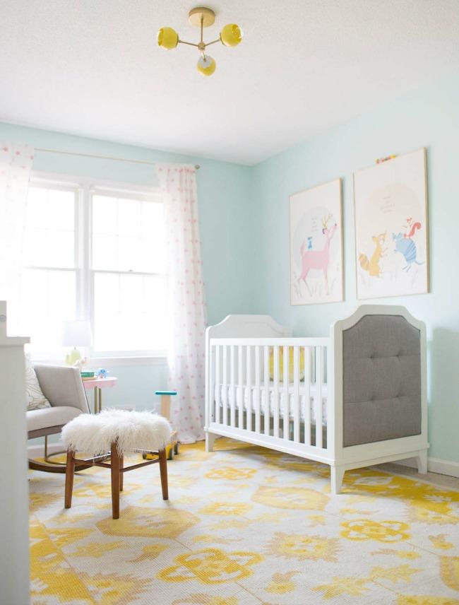 Dormitorio en azul y amarillo para niña