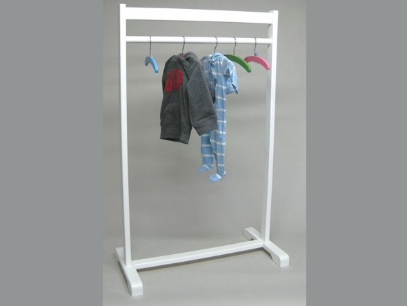 Ropa a la vista decoraci n infantil for Perchero pared infantil