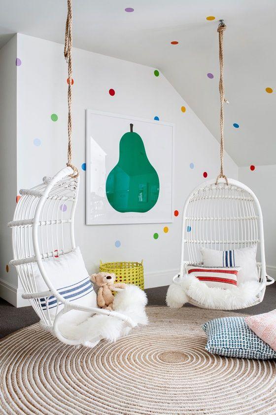 Pared infantil decorada con lunares