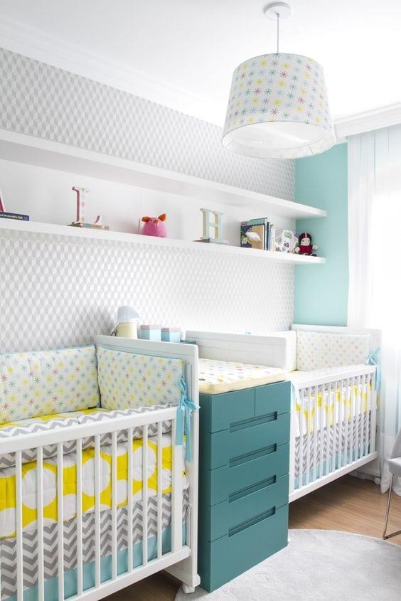 Habitación de bebé en gris y mint