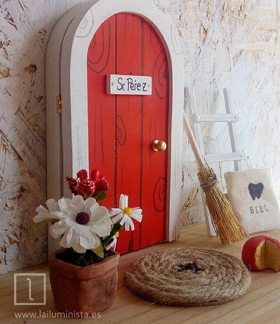 Puerta Ratoncito Pérez que se abre