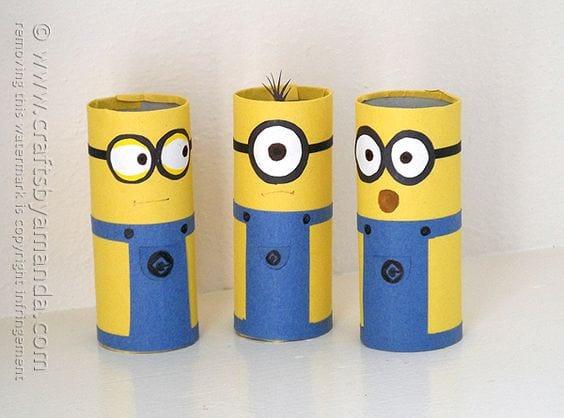 Personajes con rollos de papel